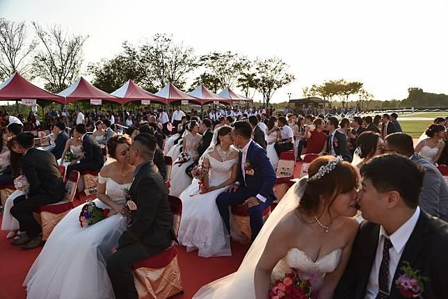 黃偉哲主持奇美博物館浪漫聯合婚禮 古都風情吸引百對新人參加